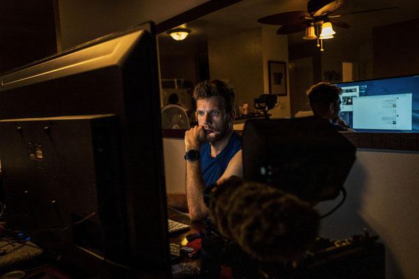Täglich grüßt das Murmeltier, Jan sitzt jeden Abend bis spät in die Nacht vor dem Bildschirm um alles zu schneiden.