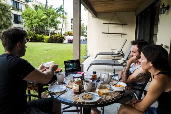 Täglich hocken wir gemeinsam beim Frühstück. Manchmal schauen wir auch gemeinsam die aktuelle Episode.