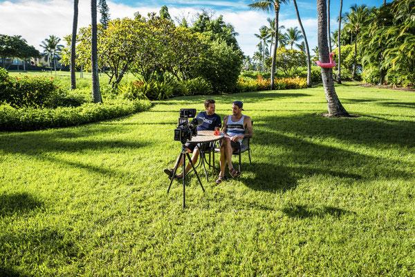 Jeden Morgen haben die Jungs das Intro für die kommende Kona Show bei uns im Garten aufgenommen.
