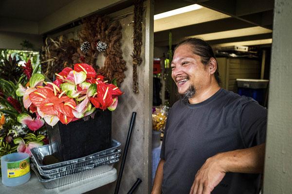 Lei-Maker Ben ist für den gesamten Blumen/Pflanzen Schmuck zuständig.
