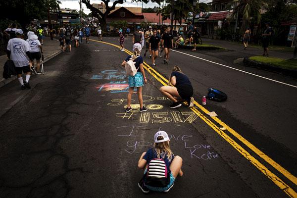 Überall sieht man leute die noch mit Kreide Botschaften auf die Straße malen.