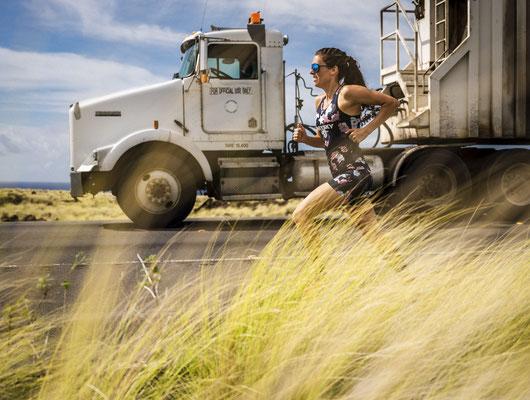 ebenfalls eins meiner Lieblingsbilder. Tamara läuft am Highway entlang und wird von einem LKW (ohne Fahrer?!) überholt.