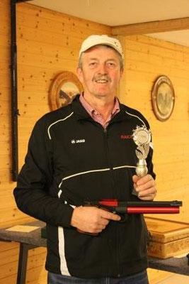 1. Platz bei den Pistolenschützen: Hans Krabler mit 70,2 Ringen.
