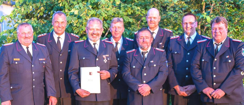 Amtswehrführer Dirk Paulsen (von links), Bürgermeister Dirk Albrecht, Wehrführer Sönke Dethlefsen, Kurt Klint- Beckmann, Wilhelm Hecker, Holger Petersen, Thorsten Ehlers, stellv. Wehrführer Swen Brodersen.