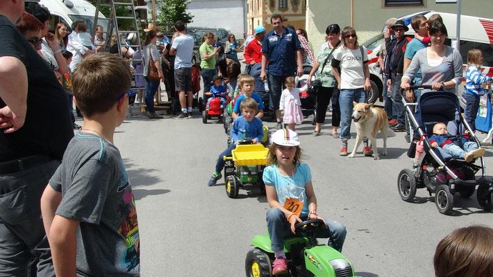 Kinder-Traktorparade der Kleinen Teilnehmer