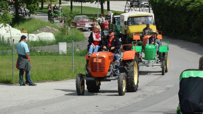 Start der Traktorrundfahrt beim Hoferlager