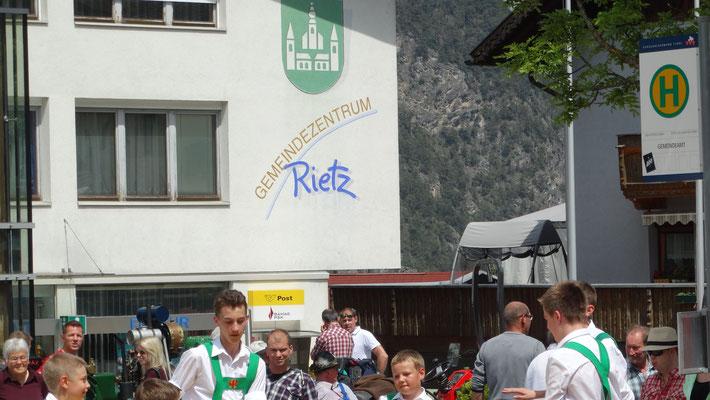 die Petersberger am Gemeindeplatz Rietz