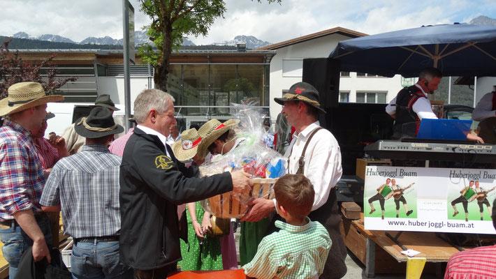 Walter Praxmarer nimmt den Geschenkskorb in Empfang