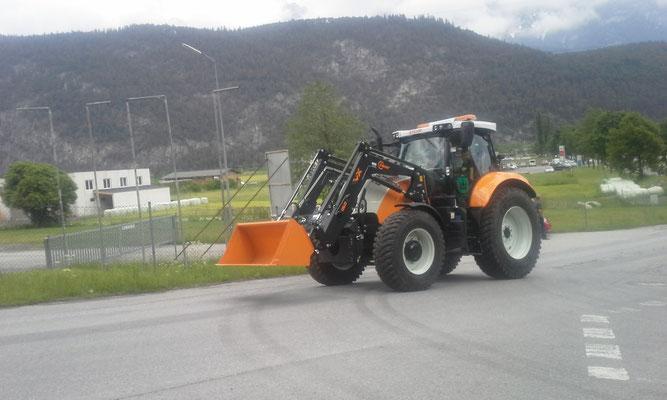 der neue Rietzer Gemeinde Traktor fährt zur Weihe