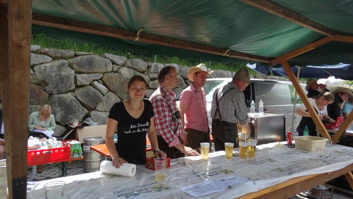 Jenny, Dieter, Martin und Sigi beim Bierstandl