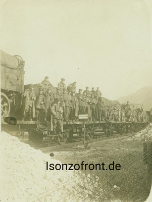 Aufnahme am 13.10.1917 auf der Fahrt an die Isonzofront. Kaldenhoff ist in der mittleren Reihe der 6. von links. Sammlung Isonzofront.de