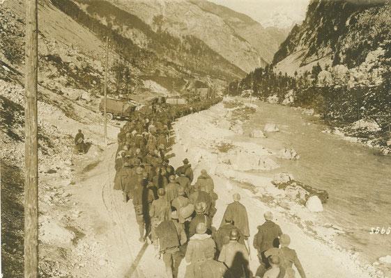 Italienische Kriegsgefangene marschieren durch das Socatal in die Kriegsgefangenschaft. Sammlung www.isonzofront.de
