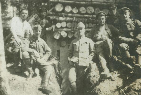 Vor dem gedeckten Unterstand gemeinsam mit ungarischen Kameraden