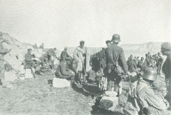 Auf dem erstürmten Monte Matajur diktiert Oberleutnant Rommel den Gefechtsbericht