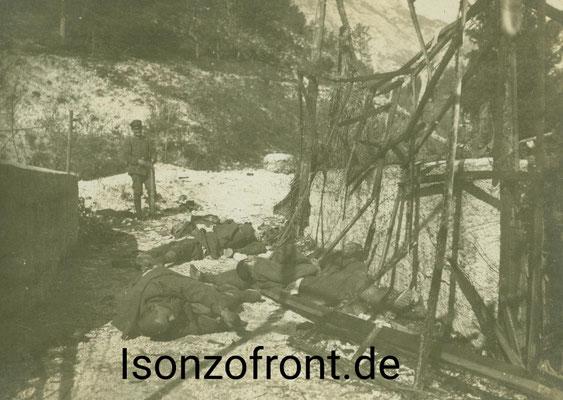 Vom Gas überraschte tote italienische Soldaten auf der Brücke über die Soca sowie ein deutscher Soldat am 26.10.1917. Sammlung Isonzofront.de