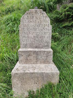 Grabstein mit Inschrift.