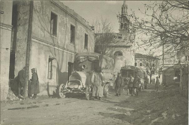 Ein deutscher Lastkraftwagen im Ortskern des wiedereroberten Bovec Ende 1917. Sammlung www.isonzofront.de