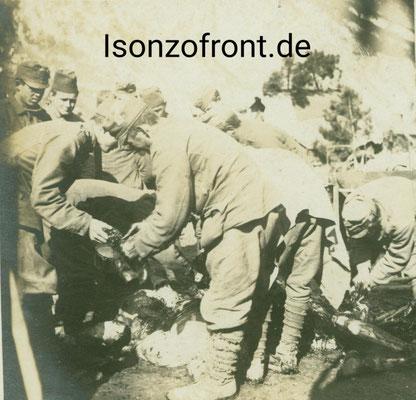 Momentaufnahme im Lager Pustina. Bosniaken zerlegen ein totes Pferd am 23.10.1917. Sammlung Isonzofront.de
