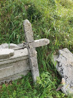 Eines der alten Grabkreuze, die Inschriften sind nur noch teilweise erhalten.