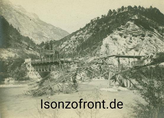 Die von den Italienern zerstörte Brücke über die Soca bei Cezsoca. Aufnahme vom 26.10.1917. Sammlung Isonzofront.de