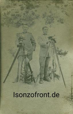 Zwei italienische Signalisten mit ihrem Blinkgerät in der Straßenschlucht bei Cezsoca. Sammlung Isonzofront.de
