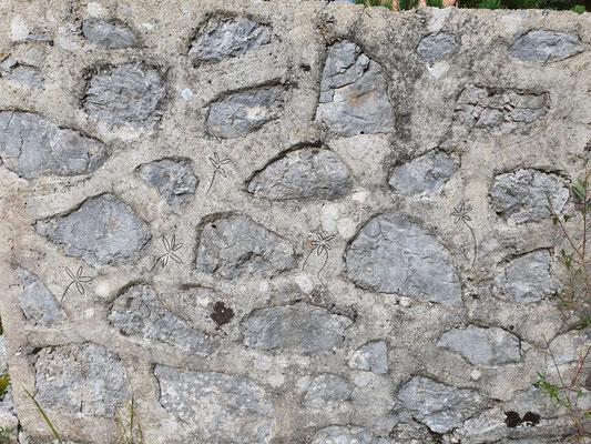 Von Soldaten angebrachte Verzierungen am Mauerwerk.