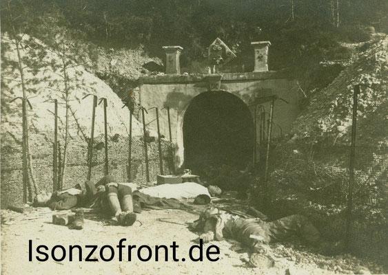 Kaverneneingang in der Straßenschlucht bei Cezsoca, davor beim Gasangriff gestorbene italienische Soldten. Aufnahme vom 26.10.1917. Sammlung Isonzofront.de