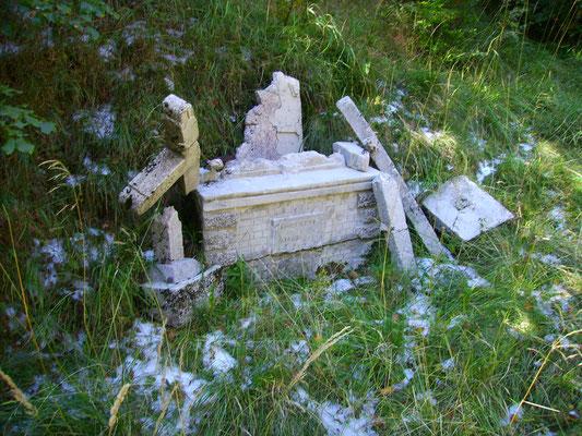 Ein verfallener Altar unweit des Posto di Medicazione. Bild aus dem Jahr 2011.