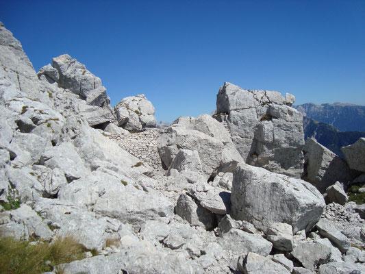 Mauerreste der alten Stellungen.