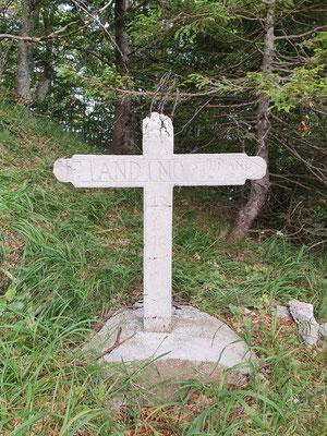 Ein fast vollständig erhaltenes Betonkreuz auf dem ehem. Friedhof.