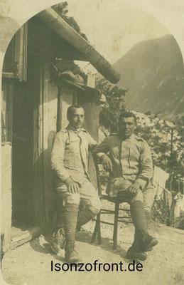 Zwei Italienische Radfahrer vor ihrem Unterstand. Im Hintergrund die Hänge des Javorscek. Sammlung Isonzofront.de