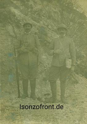 Zwei italienische Soldaten mit umgehängter Gasmaske aufgenommen in der Straßenschlucht bei Cezosca. Sammlung Isonzofront.de