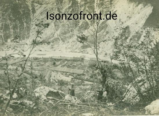 Das Lager Pustina bei Flitsch/Bovec von den Hängen der Krnica gesehen. Aufnahme 23.10.1917, in der Bildmitte ein Pionier mit Fez als Kopfbedeckung zur Tarnung. Sammlung Isonzofront.de