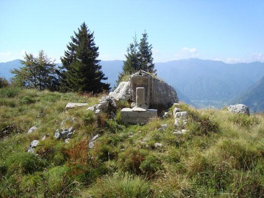 Denkmal für die Alpini Einheiten Val Tanaro, Borgo und Val Camonica. Aufnahme aus dem Jahr 2011.