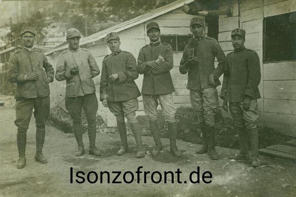 Sechs italienische Soldaten vor ihren Baracken in der Straßenschlucht bei Cezsoca. Sammlung Isonzofront.de