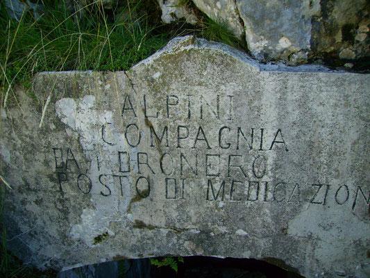 Inschrift über dem Eingang.