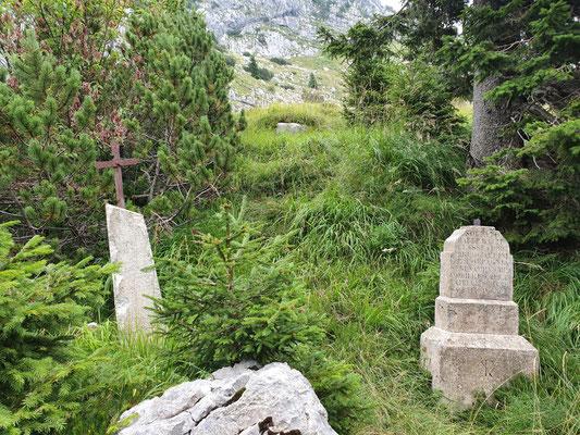 Zwei erhaltene Grabmale von ursprünglich drei oberhalb des Lazaretts und des Denkmals.