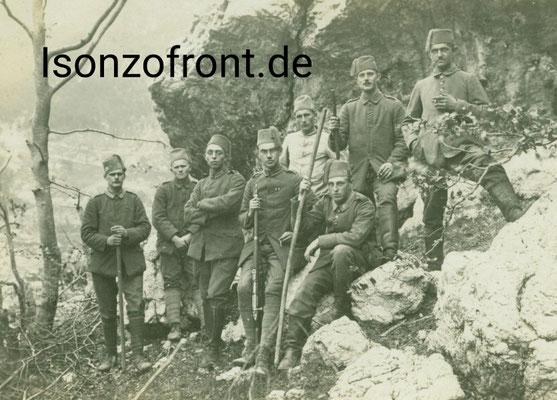 Fernsprechtrupp in den Krnicahängen oberhalb des Lagers Pustina. Kaldenhoff sitzend mit Gebirgsstock und Fez als Kopfbedeckung zur Tarnung. Sammlung Isonzofront.de