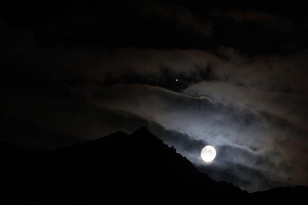 marmotte/2020.08.01 23:39/フランス、グランルス山脈、ゴレオン湖