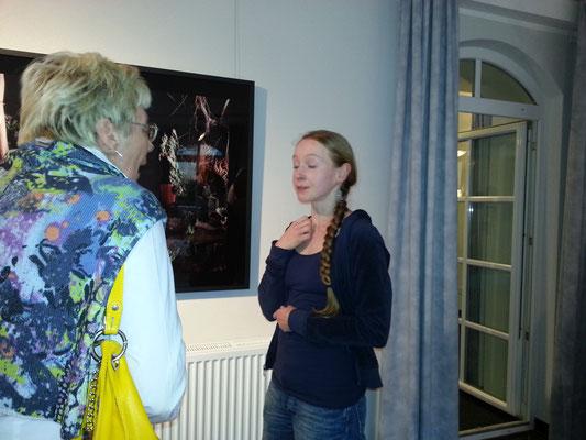 Eine Landfrau im Gespräch mit einer Künstlerin