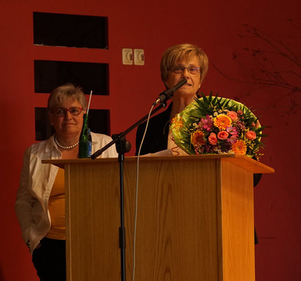 Brunhilde Weil vom Bezirksverein gratuliert für 65 Jahre