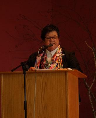 Monika Meuth führt durch das Programm