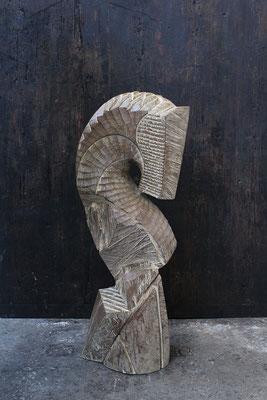 Cavalier, taillé en pièces, 2016,  oachred Iroko, 119 x 50 x 36 cm <br> © Mathilde de Torhout