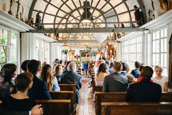Gäste und Brautpaar in der Kapelle