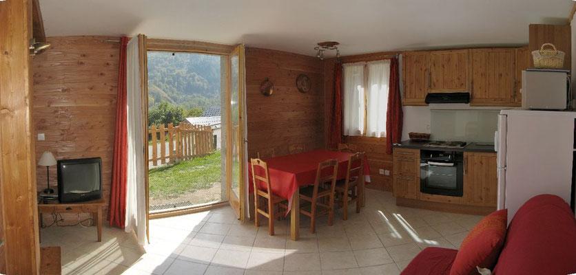 Le séjour avec un accès direct à la terrasse.