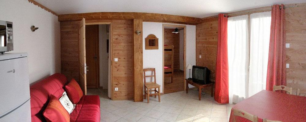 Vue depuis la cuisine. A droite la petite chambre, à gauche, accès aux sanitaires et à la grande chambre.