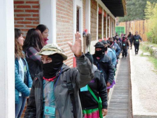 Zapatister på vej til en forsamling