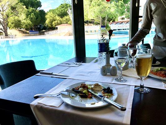 Speisesaal mit Blick auf Hotelpool