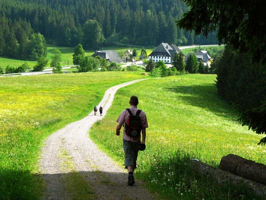 """Dem Etappenziel entgegen. Im Tal wartet die """"Kalte Herberge"""" mit Bier, Dusche und feinem Essen auf uns."""