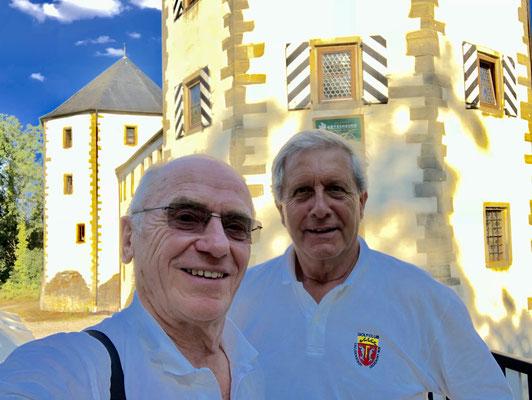 Vor dem Hotel Götzenburg: Rainer und Wolfgang.